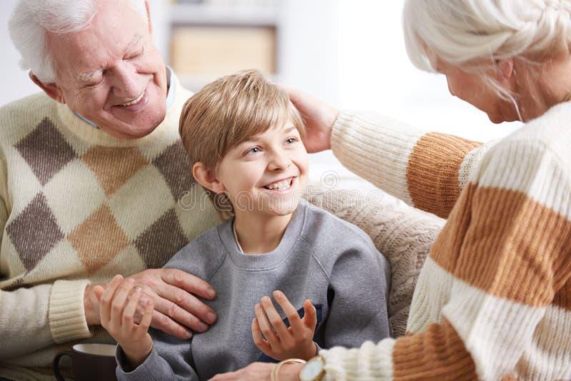 Morföräldrar som tar omsorg av sonsonen royaltyfria bilder