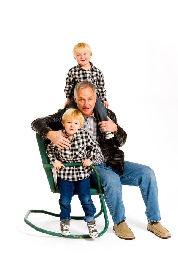 Morfar med sonsöner fotografering för bildbyråer