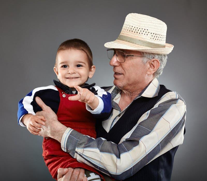 Morfar och sonson arkivbild