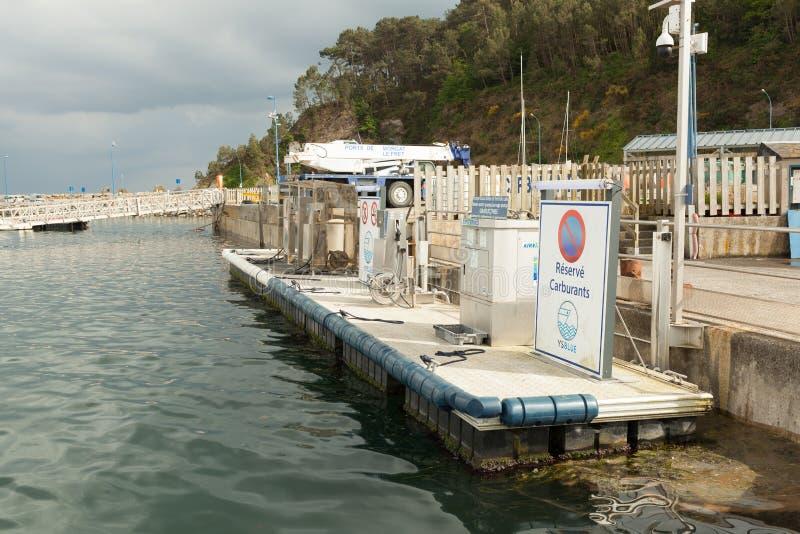Morgat,法国5月29日2018船和小船的加油站在口岸 免版税库存图片