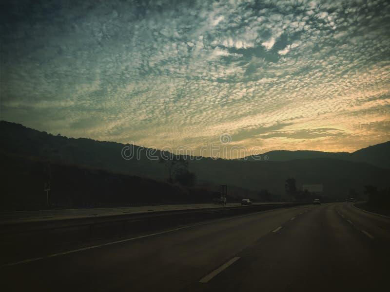 Download Morgen redaktionelles stockfoto. Bild von berge, sonne - 106801468