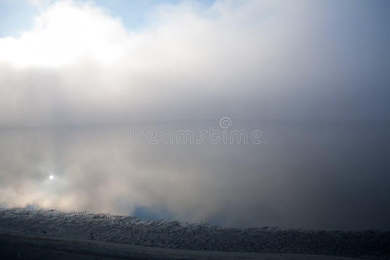Morgen auf dem Nebel des frühen Morgens des Flusses stockbilder