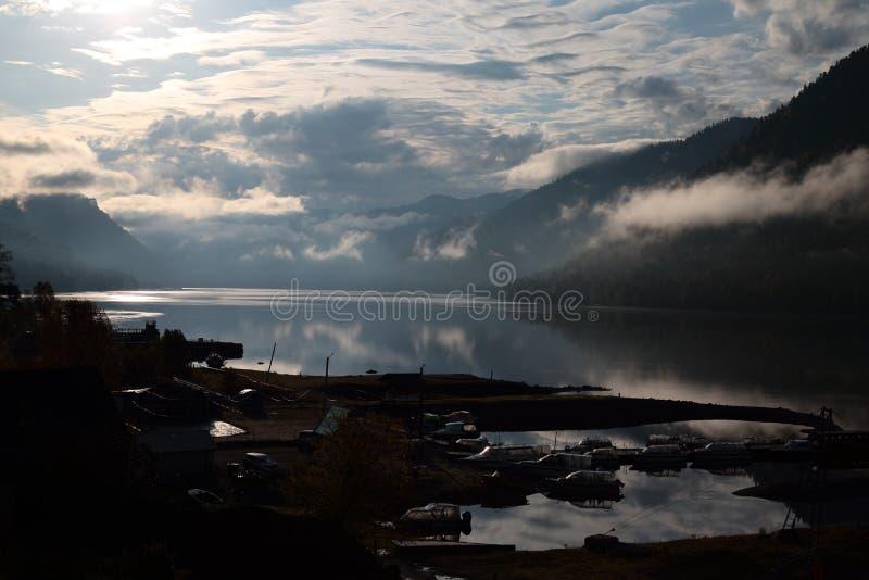 Morgen auf See Teletskoye stockfotos