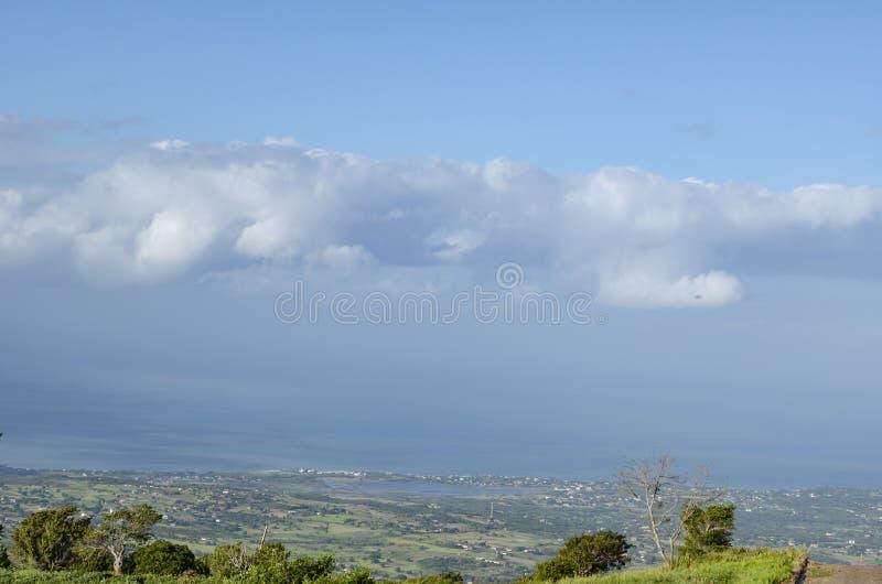 Morgen-blaue Stunden-Küstenlinien-Ansicht von der Straße stockfoto