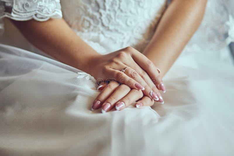 Morgen der Braut, wenn sie ein schönes Kleid trägt, Frau, die vor Hochzeitszeremonie fertig wird stockbild