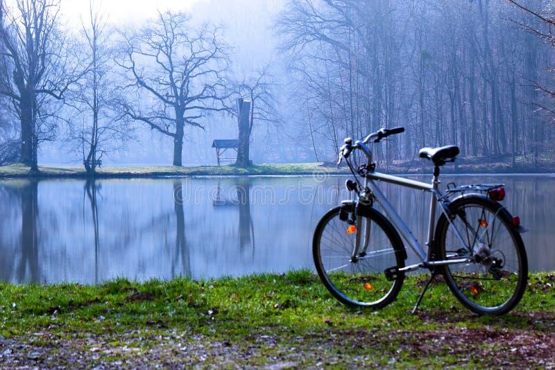 Morgen des Fahrrades im Frühjahr stockbild