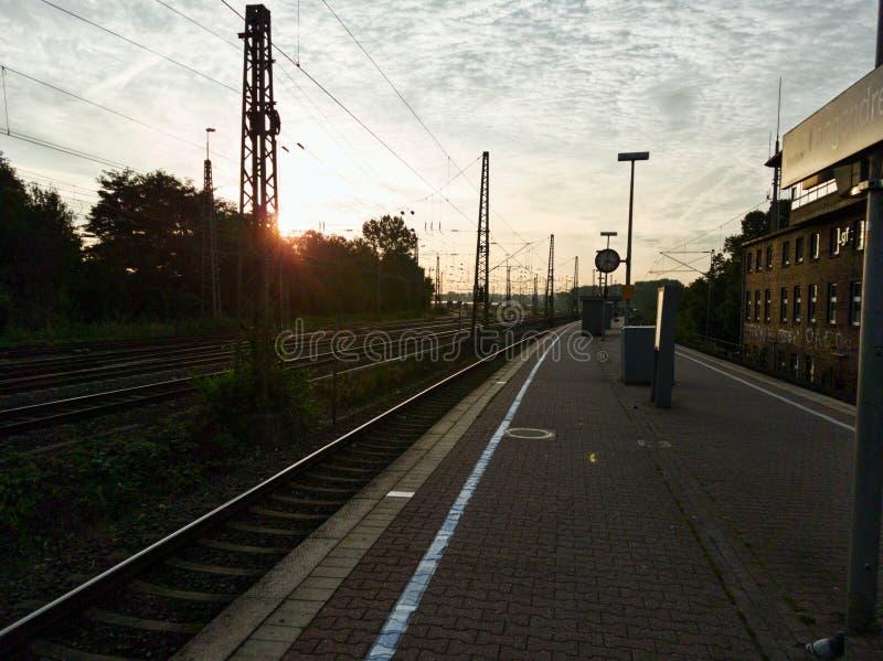 Morgen an einem kleinen Bahnhof in Deutschland stockfotografie