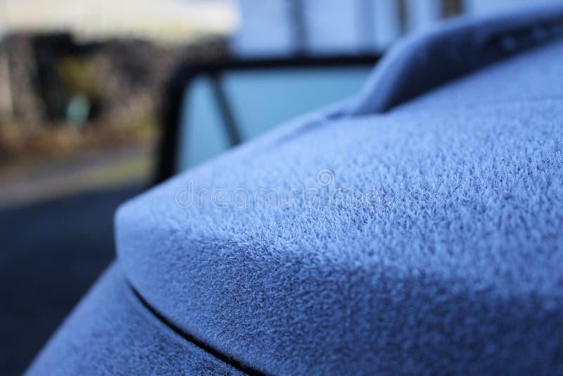 Morgen Frost kristallisiert auf einem Auto stockfotos