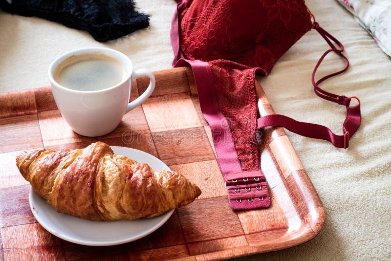 Morgen, geschmackvolles Frühstück zu Bett zu gehen Wäsche, BH und Kaffee stockfoto