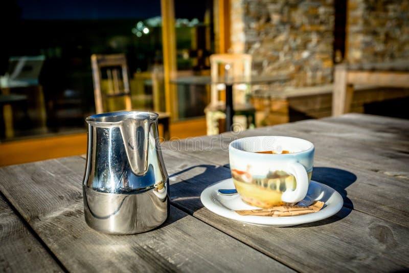 Morgen-Kaffee auf hölzerner Terrasse stockfotos