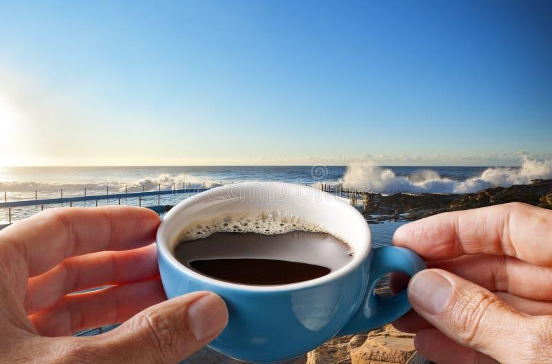 Morgen-Kaffeetasse-Himmel-Strand stockbilder