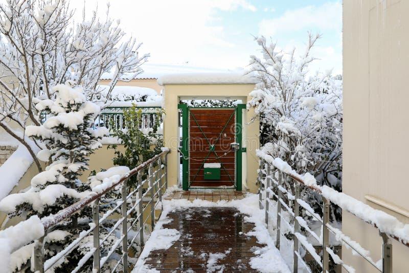 Morgen-Landhaustor der Winterschönheit schneebedecktes lizenzfreies stockfoto