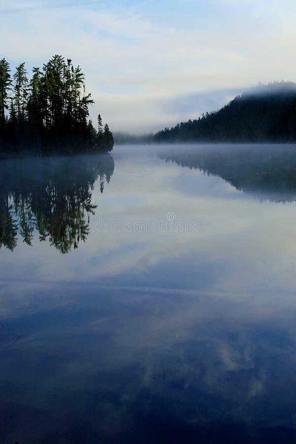 Morgen-Nebel, der auf See steigt lizenzfreies stockbild