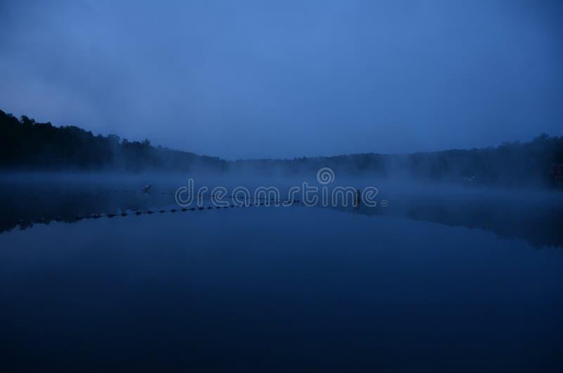Morgen-Nebel erwähnt eine Richtung von Ruhe, von Frieden und von Ruhe stockfoto