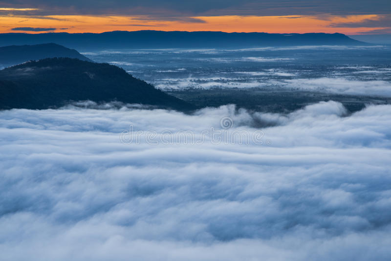 Morgen-Nebel und Sonnenaufgang, Klippe, tropischer Berg stockbilder