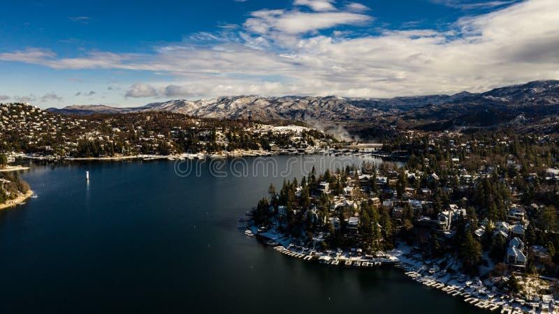 Morgen-Vogelperspektive der See-Pfeilspitze, Kalifornien an einem ruhigen Wintertag stockfotos