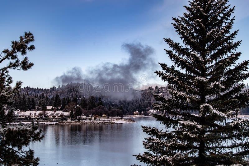 Morgen-Vogelperspektive der See-Pfeilspitze, Kalifornien an einem ruhigen Wintertag stockfoto