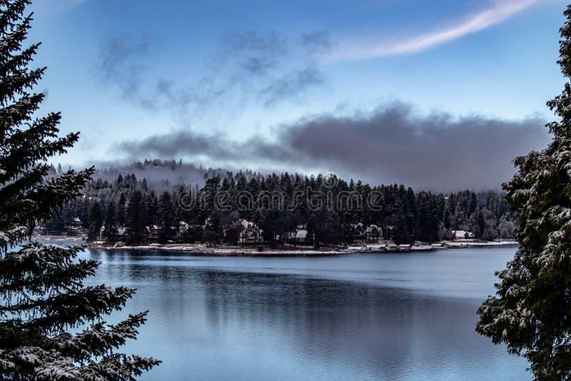 Morgen-Vogelperspektive der See-Pfeilspitze, Kalifornien an einem ruhigen Wintertag stockbild