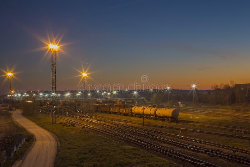 Morgenansicht über die Eisenbahn mit magischem Sonnenaufgang in Stadt Lettlands Daugavpils stockbild