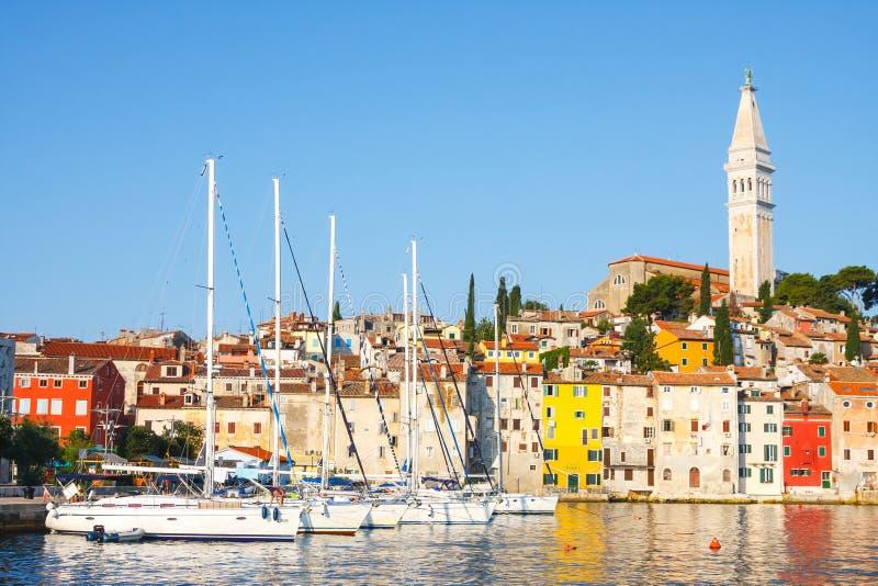 Morgenansicht über Segelboothafen in Rovinj mit vielen festgemachten Segelbooten und Yachten, Kroatien lizenzfreie stockbilder