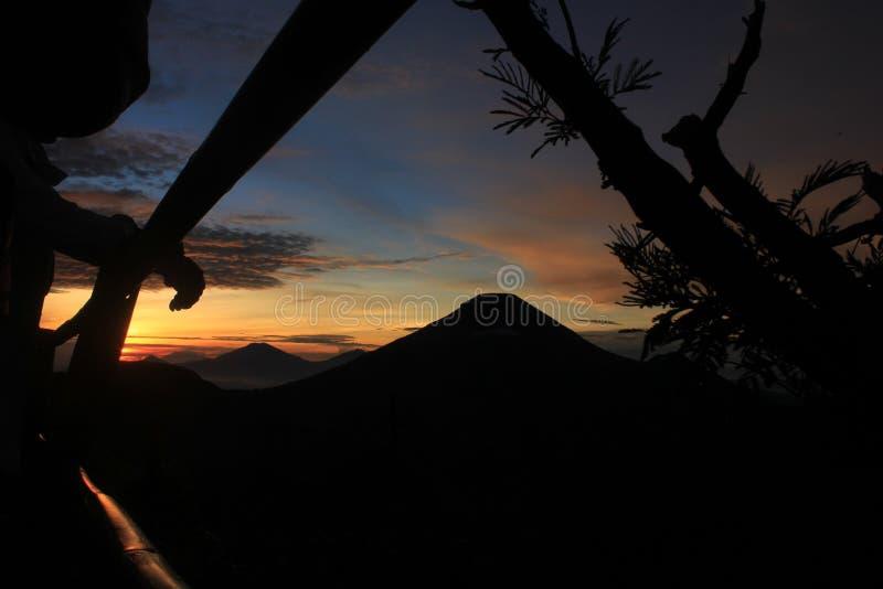 Morgenansicht an der Spitze des Berges lizenzfreie stockbilder