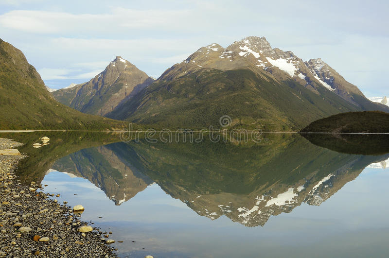 Morgenbergblick durch den See lizenzfreie stockfotos