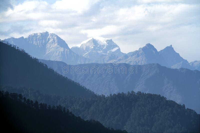 Morgenberglandschaft mit Schicht Bergspitzen stockfotos