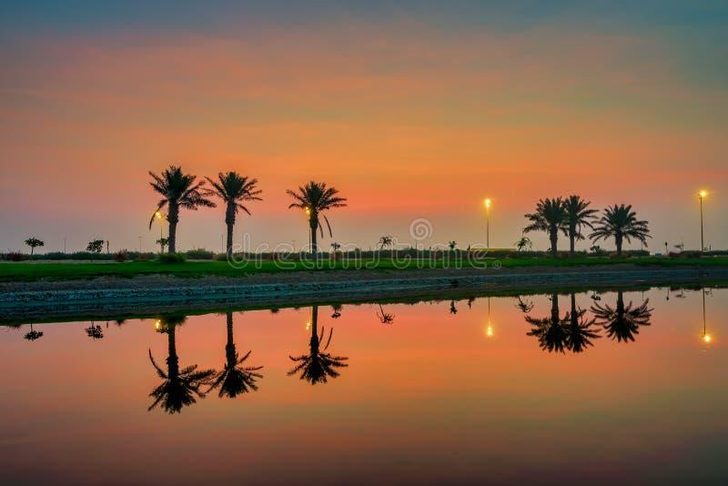 Morgendrama-Sonnenaufgangansicht in Modon See Dammam Saudi-Arabien stockbilder