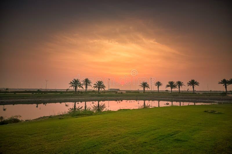 Morgendrama-Sonnenaufgangansicht in Modon See Dammam Saudi-Arabien stockfotografie