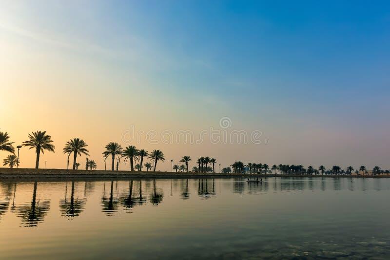 Morgendrama-Sonnenaufgangansicht in Modon See Dammam Saudi-Arabien lizenzfreie stockfotos