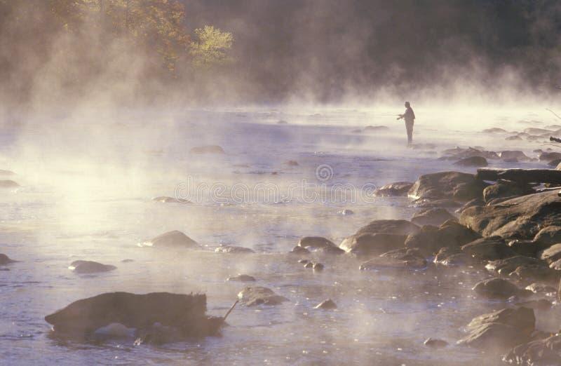 Morgenfischen im Nebel auf Housatonic-Fluss, nordwestlicher CT stockfoto