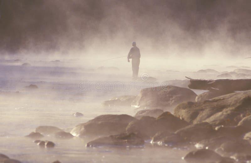 Morgenfischen im Nebel auf Housatonic-Fluss, nordwestlicher CT lizenzfreies stockbild