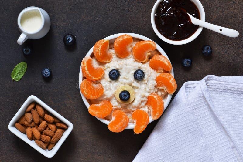 Morgenfrühstück für ein Kind mit Mandarinen, Blaubeeren und Nüssen lizenzfreies stockbild
