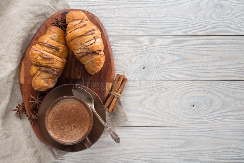 Morgenfr?hst?ck, Zusammensetzung des Kaffees und H?rnchen lizenzfreie stockfotografie