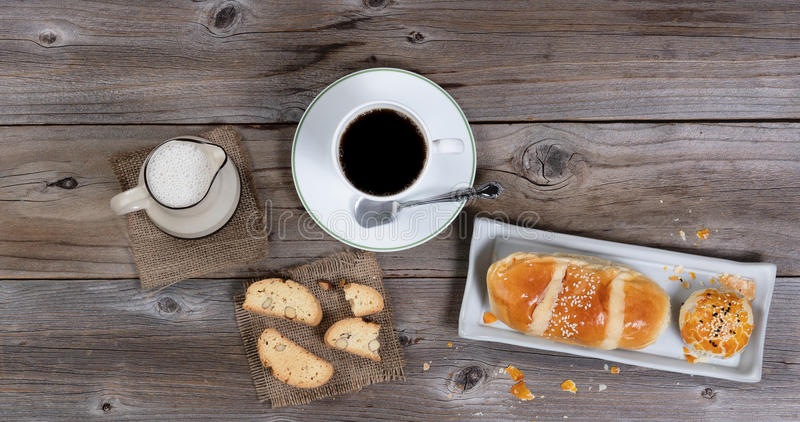 Morgengebäckmahlzeit und -kaffee auf rustikaler Tabelle lizenzfreies stockbild