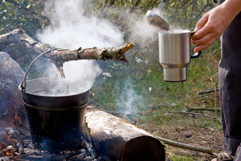 Morgenkaffee am Campingplatz lizenzfreies stockbild