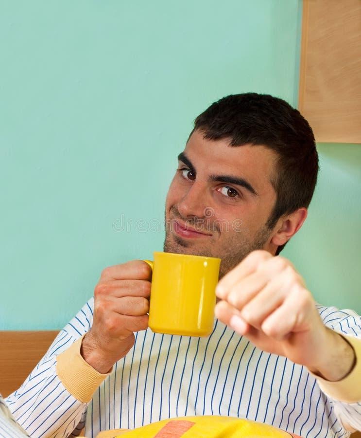 Morgenkaffee im Bett lizenzfreie stockfotografie