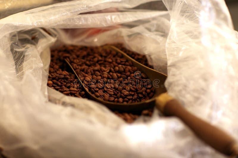 Morgenkaffee mit Bohnen stockbilder
