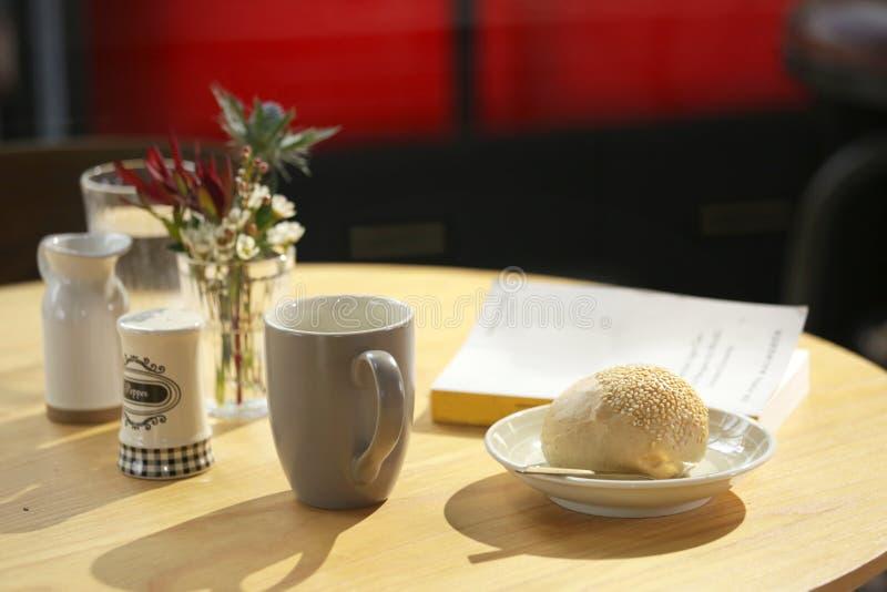 Morgenkaffee mit einem guten Buch stockfotos