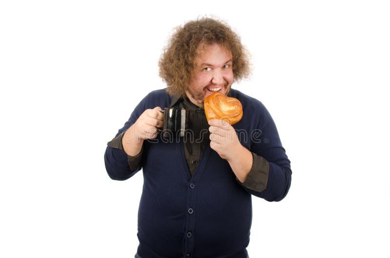 Morgenkaffee, Mittagessen Lustiger dicker Mann mit einem Becher und einem Brötchen Frühstück ist heißes Brötchen und Kaffee stockfoto
