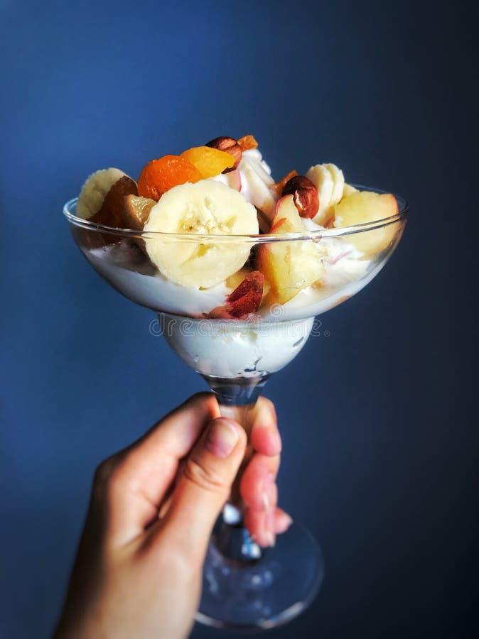 Morgenklumpen mit Früchten und Nüssen stockbilder