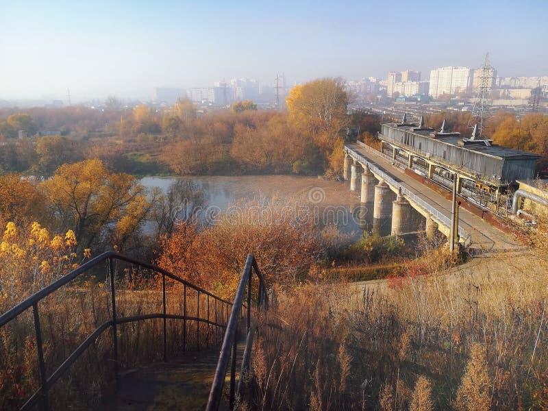 Morgenlandschaft in den Vororten, die das Platin übersehen lizenzfreie stockfotografie