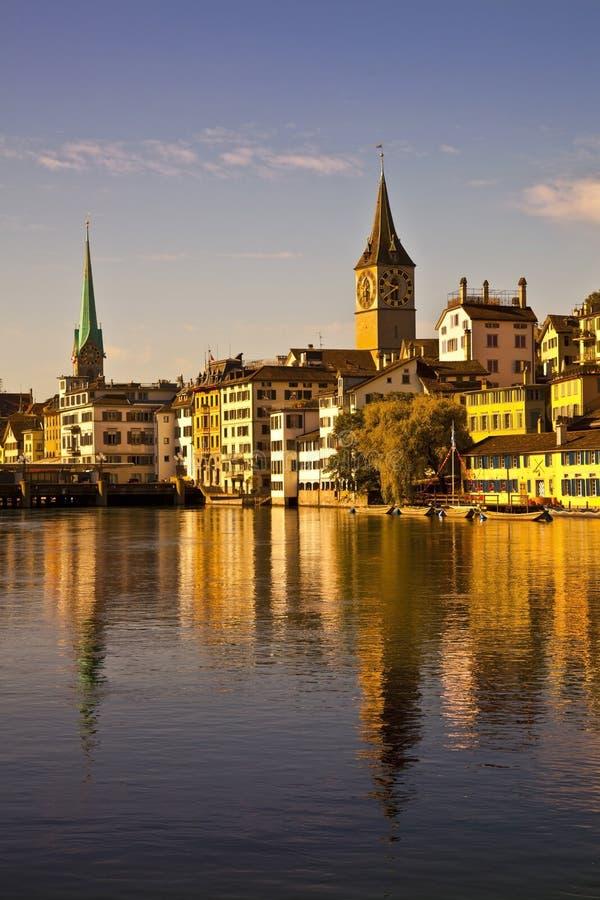 Morgenleuchte im Limmat Fluss, Zürich stockfoto