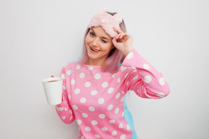 Morgenmotivation Lächelnder trinkender Kaffee und Winks Morgen der jungen Frau lizenzfreies stockbild