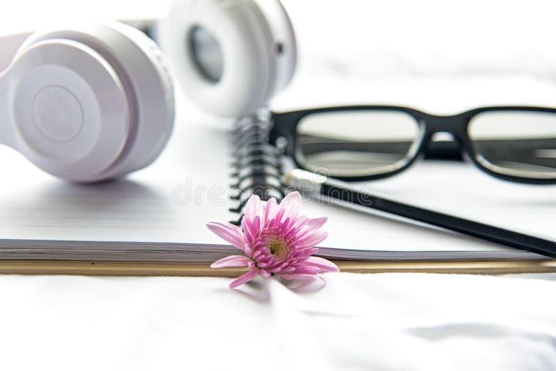 Morgenmusikhintergrund Buch und Gläser im weißen Bett, in Blatt, in der Daunendecke und im Kissen, oben verwirrt lizenzfreie stockbilder