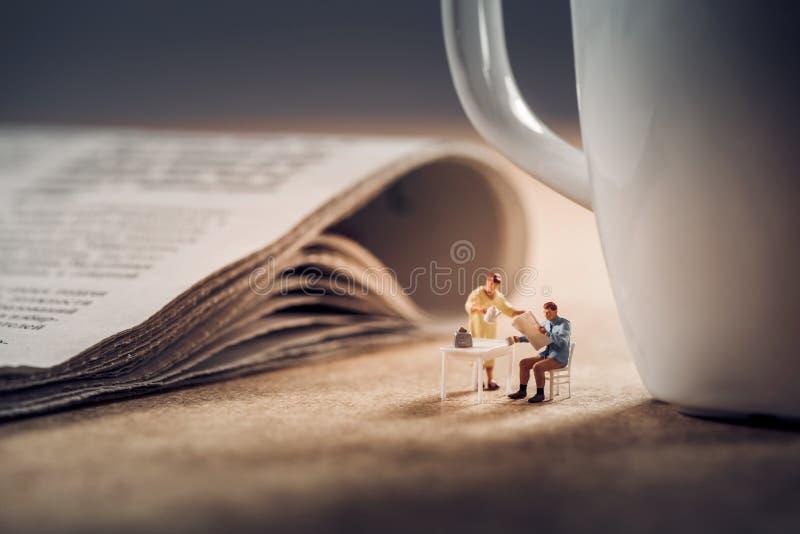 Morgennachrichten und ein Tasse Kaffee lizenzfreie stockfotos