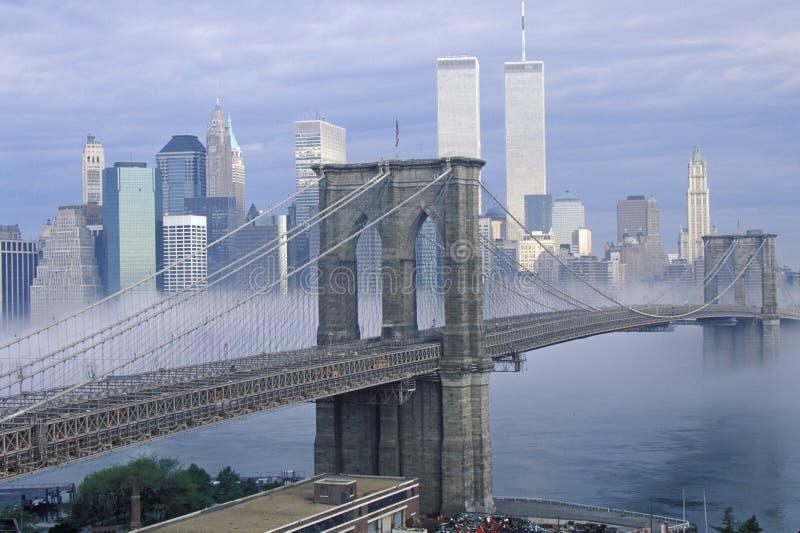 Morgennebel über der Brooklyn-Brücke, die Manhattan, NY untersucht stockfotografie