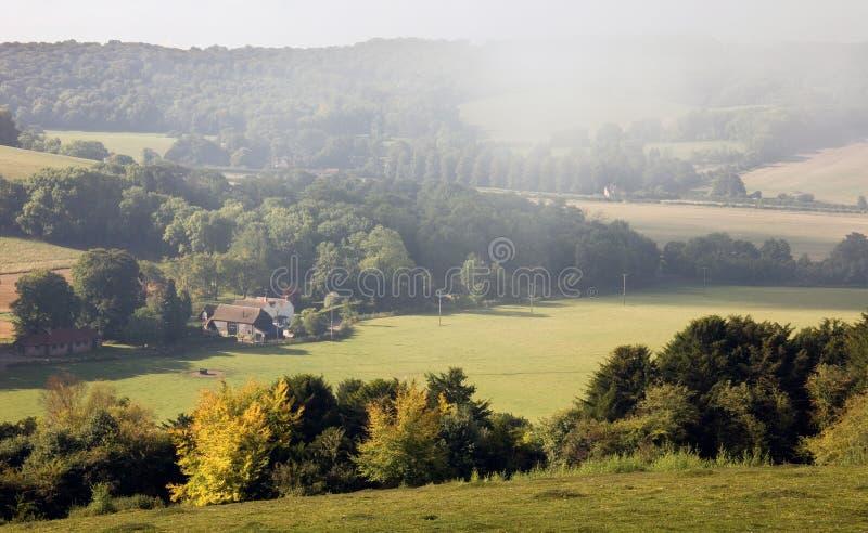 Morgennebel über einer englischen Herbstlandschaft stockbilder