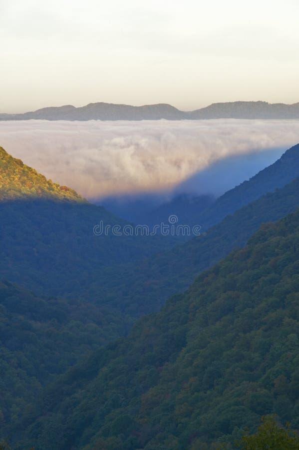 Morgennebel bei Sonnenaufgang in den Herbstbergen von West Virginia im Babcock Nationalpark stockbilder