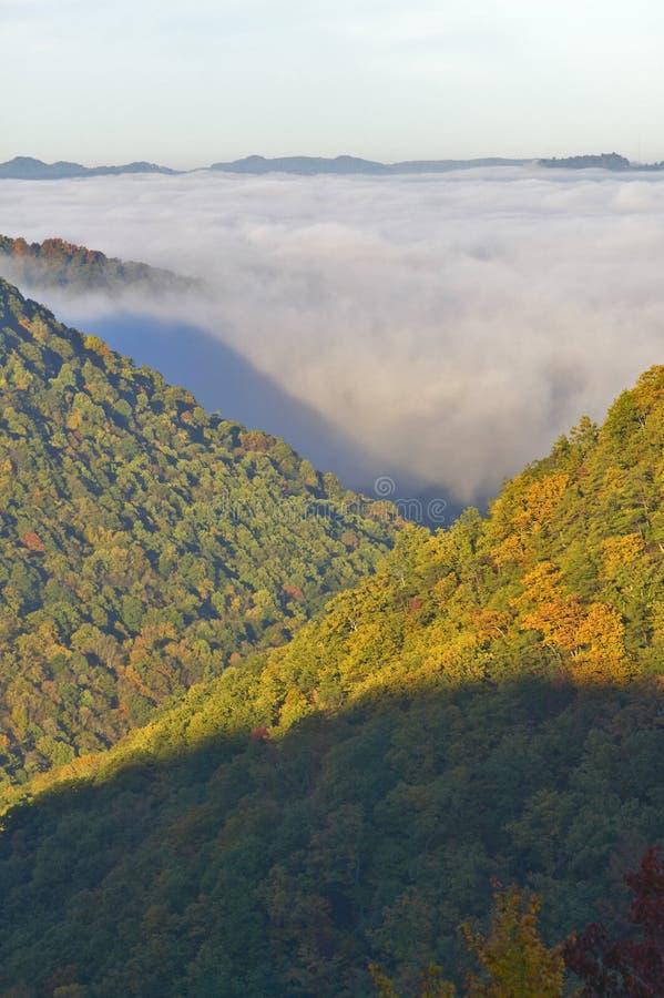 Morgennebel bei Sonnenaufgang in den Herbstbergen von West Virginia im Babcock Nationalpark stockfotografie
